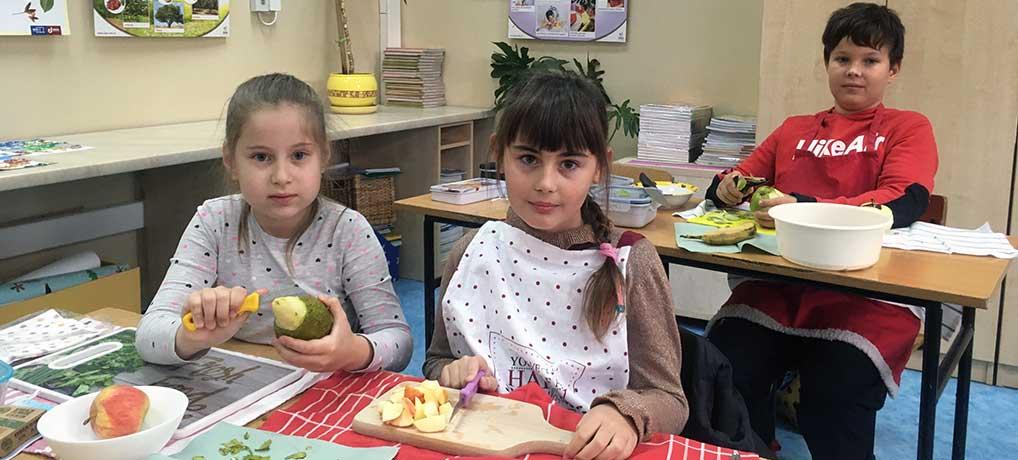 Owocowe sałatki w klasie 2d