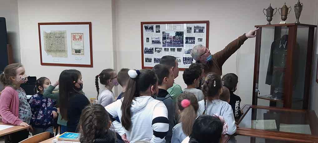Wizyta uczniów klasy I c w Szkolnej Izbie Pamięci